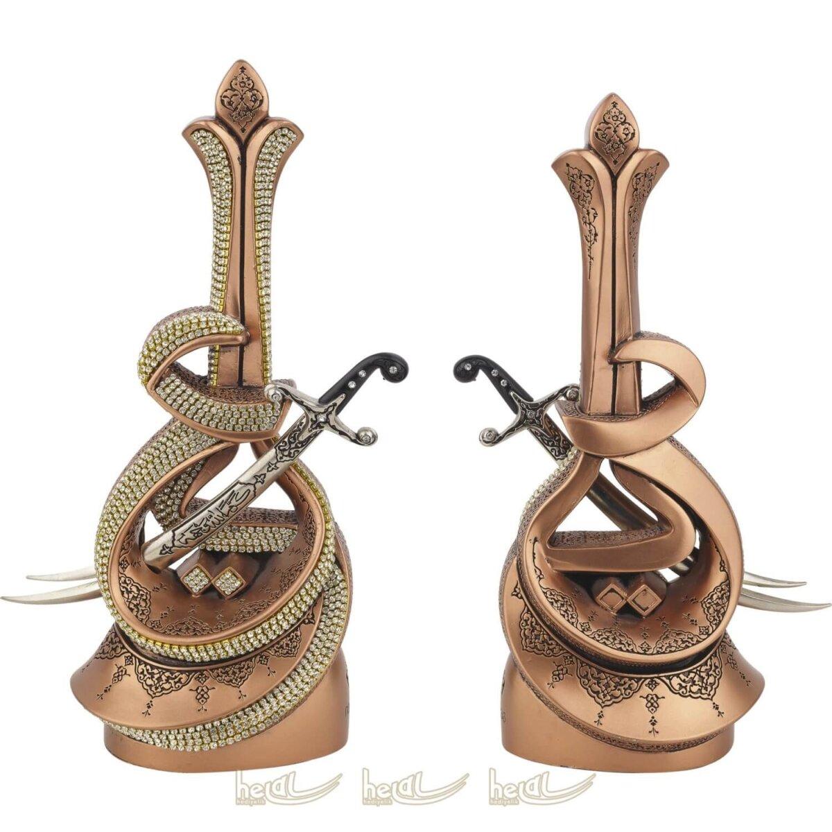 Hz. Ali Yazılı Zülfikar Kılıçlı Lüks Kristal Taşlı Biblo Keremallahü Veche Dini Hediyeler ( 12×26 cm ) Biblolar